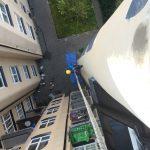 Person klättrar upp för vägg