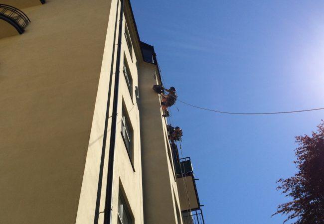 Person som klättrar upp för husfasad